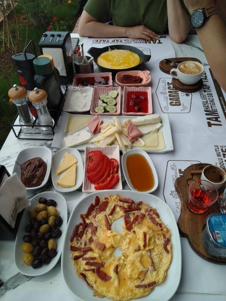 Турция встречает закусками