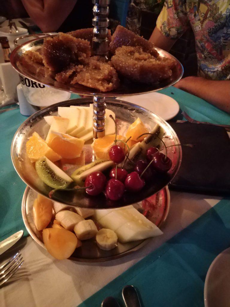 Фрукты и турецкие сладости - комплимент от заведения